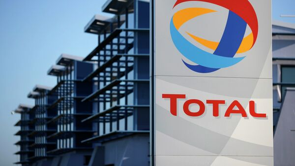 View of the logo of French oil giant Total in front of the oil refinery of Donges, near Nantes, in this December 20, 2013 file photo - Sputnik Mundo