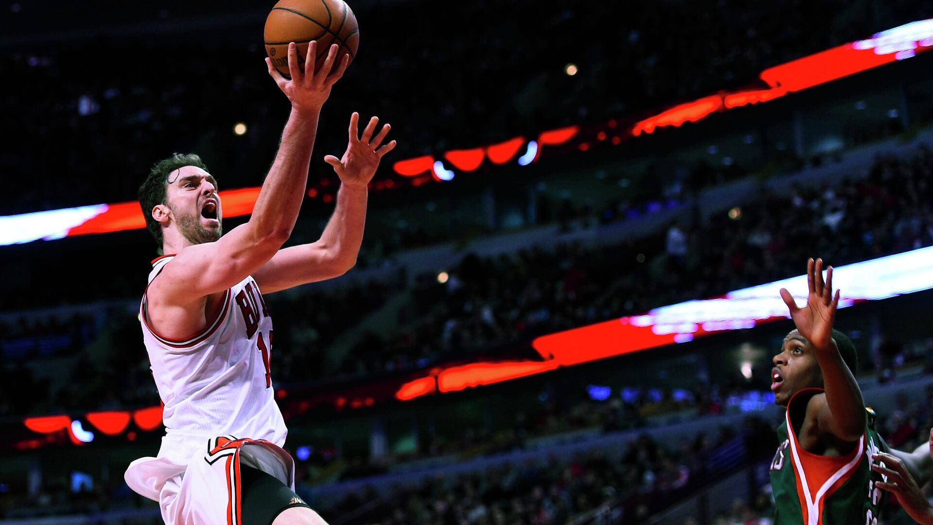 Jan 10, 2015; Chicago, IL, USA; Chicago Bulls forward Pau Gasol (16) shoots the ball against the Milwaukee Bucks during the second half at the United Center. The Chicago Bulls defeat the Milwaukee Bucks 95-87. - Sputnik Mundo, 1920, 05.10.2021