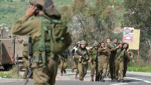 Israeli soldiers carry a wounded comrade on a stretcher near Israel's border with Lebanon - Sputnik Mundo