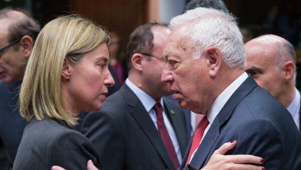 Ministro de Asuntos Exteriores de  España, José Manuel García-Margallo (dcha.) y jefa de diplomacia europea Federica Mogherini (izda.) en Bruselas - Sputnik Mundo