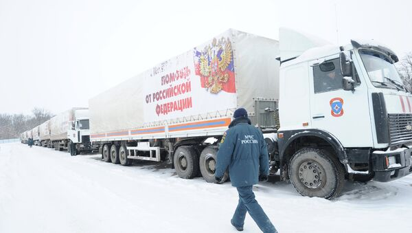 Russian Emergencies Ministry official said that the 11th Russian humanitarian convoy carrying 1,400 tonnes of aid to the war-torn Donbas region is currently heading towards the Russian state border with Ukraine. - Sputnik Mundo