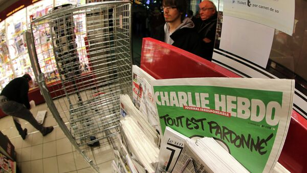 People wait to buy the latest issue of Charlie Hebdo newspaper at a newsstand in Rennes, western France, Wednesday, Jan. 14, 2015 - Sputnik Mundo