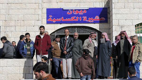 Relatives of Jordanian pilot Muath al-Kasaesbeh stand outside the family's clan headquarters in the city of Karak February 4, 2015 - Sputnik Mundo
