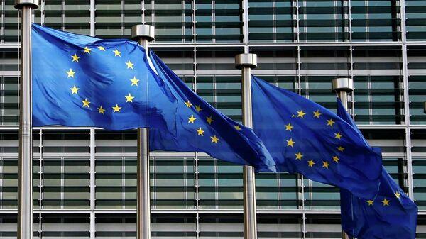 Banderas de la UE frente a la sede de la Comisión Europea en Bruselas - Sputnik Mundo