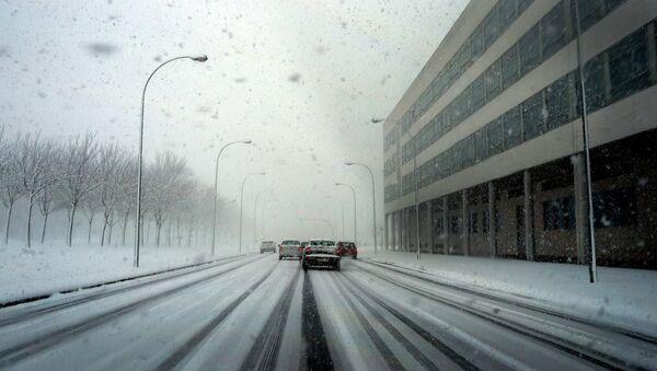 Cars queue to enter the Spanish Basque town of Vitoria during a snowstorm February 4, 2015 - Sputnik Mundo