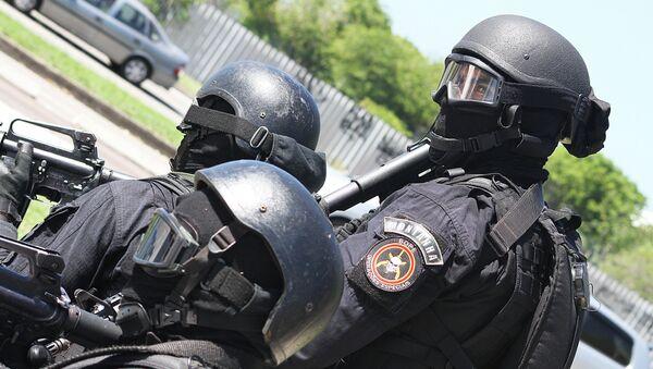 Agentes de la Unidad Táctica del BOPE aguardan la orden de asalto a las afueras de la estación Golfe Olímpico durante el simulacro de secuestro - Sputnik Mundo