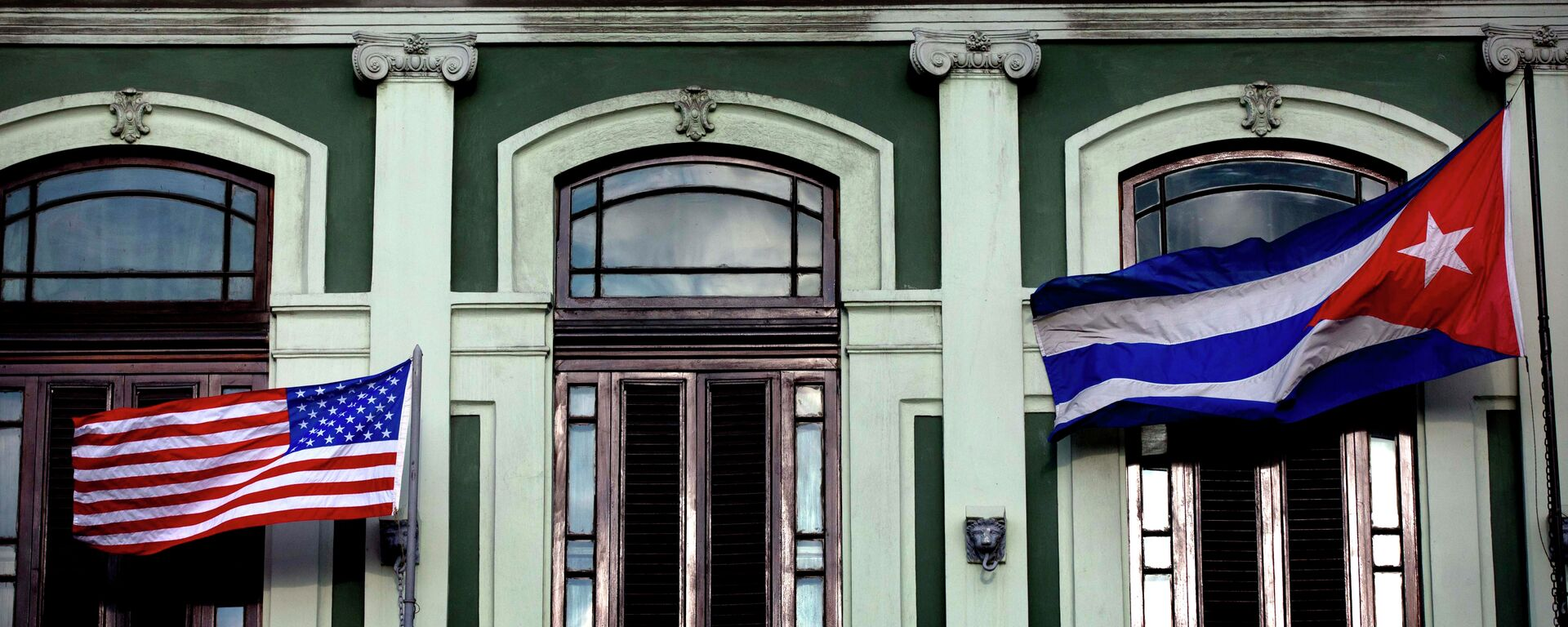 A Cuban and US flag wave from the balcony of the Hotel Saratoga in Havana - Sputnik Mundo, 1920, 28.01.2021
