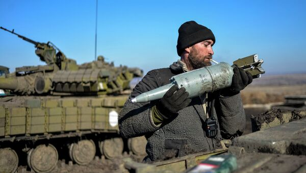 Ukrainian serviceman loads ammunition into a tank in the territory controlled by Ukraine's government forces, Donetsk region February 13, 2015 - Sputnik Mundo
