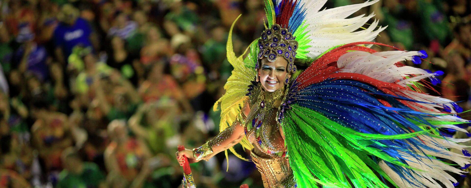 A reveler from the Beija Flor samba school participates in the annual carnival parade in Rio de Janeiro's Sambadrome, February 17, 2015 - Sputnik Mundo, 1920, 05.10.2021