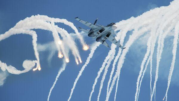 A Sukhoi 30 multi-purpose fighter jet of the Russian Falcons aerobatics team flies - Sputnik Mundo