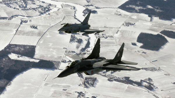 Cazas de la OTAN durante la patrulla en los países bálticos - Sputnik Mundo