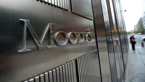 Moody's rebaja a Ba1 la nota de la deuda soberana de Rusia - Sputnik Mundo