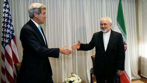 U.S. Secretary of State John Kerry, left, shakes hands with Iranian Foreign Minister Mohammad Javad Zarif - Sputnik Mundo