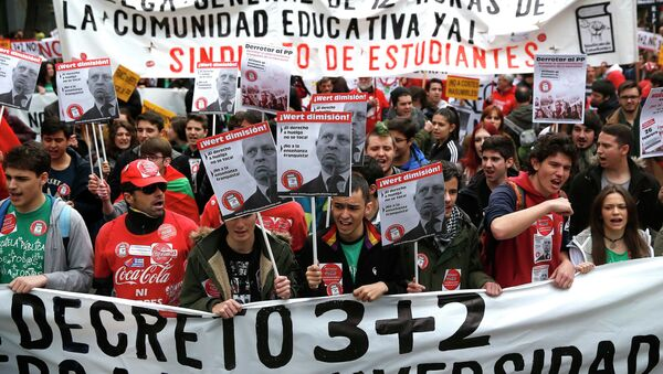 Students shout slogans during a protest on the final day of a two-day nationwide student strike against a new education law, in Madrid February 26, 2015 - Sputnik Mundo