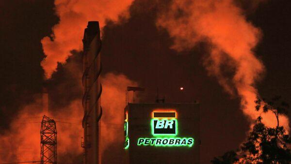The Petrobras logo is seen at a refinery in Cubatao February 24, 2015.  - Sputnik Mundo