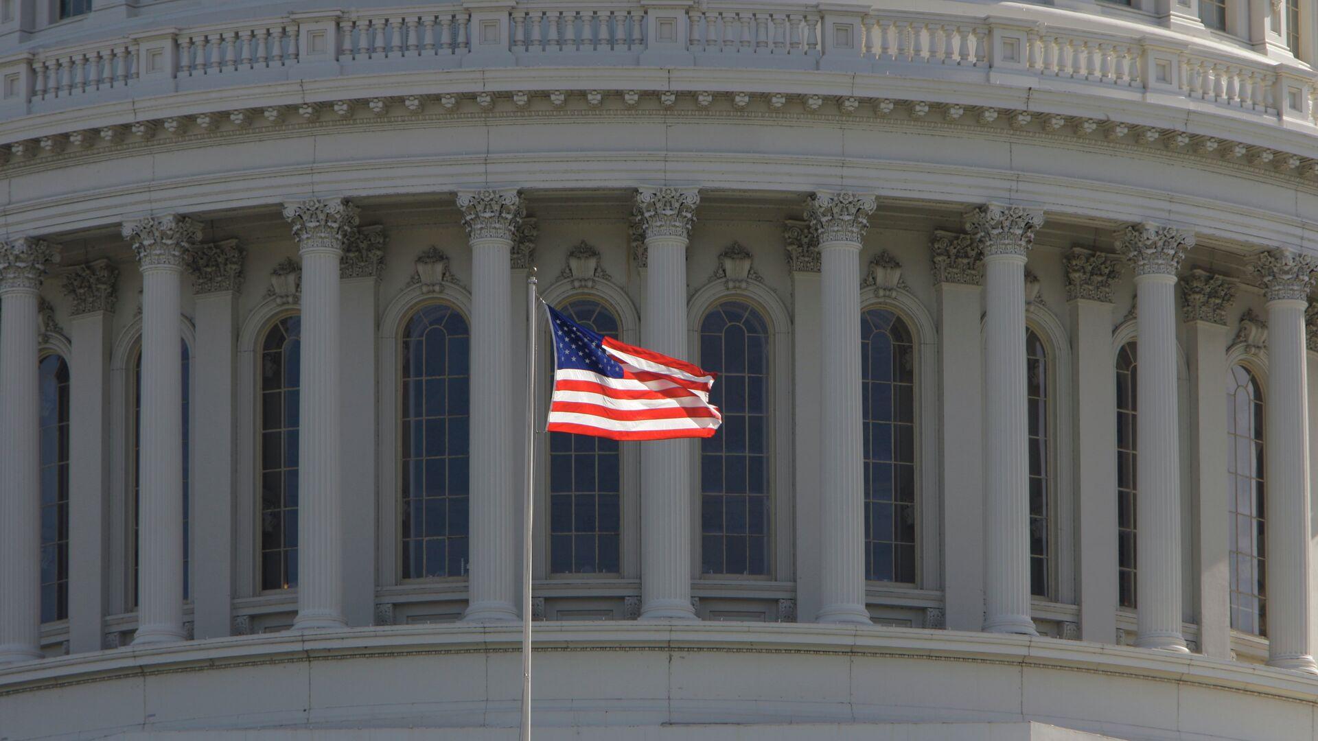 Bandera estadounidense frente al Capitolio de EEUU en Washington - Sputnik Mundo, 1920, 18.03.2021