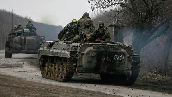 Members of the Ukrainian armed forces ride on armoured personnel carriers near Artemivsk, eastern Ukraine, March 3, 2015 - Sputnik Mundo