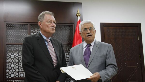 Palestinian President Mahmoud Abbas (R) meets with Robert Serry, UN Secretary General Ban Ki-moon's envoy to the Middle East, in the west Bank city of Ramallah, on July 13, 2014. - Sputnik Mundo