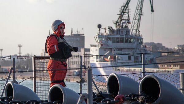 Soldado monta guardia en la fragata turca Turgutreis - Sputnik Mundo