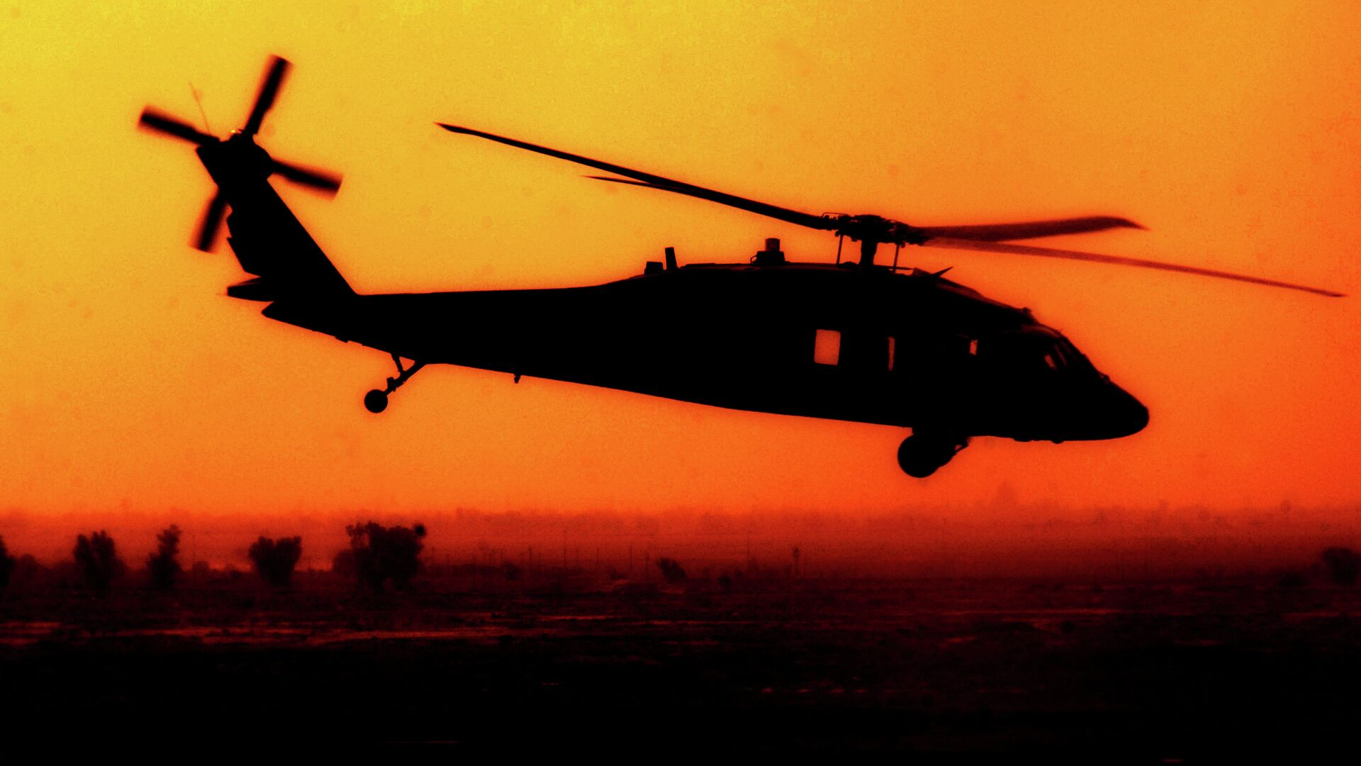 A U.S. Army UH-60 Black Hawk helicopter from Charlie Company, 227th Aviation Regiment flies over Baghdad, Iraq, Oct. 9, 2007 - Sputnik Mundo, 1920, 23.08.2021