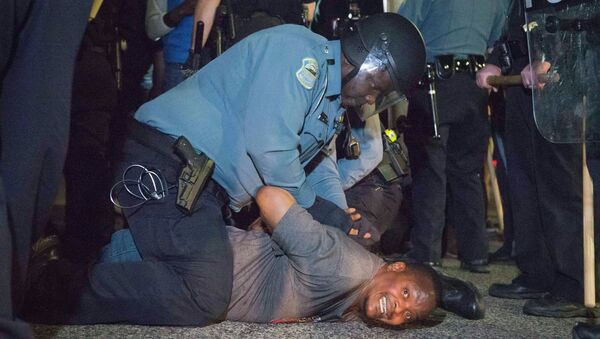 Police arrests a protestor outside the City of Ferguson Police Department and Municipal Court in Ferguson, Missouri, March 11, 2015 - Sputnik Mundo