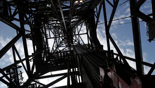 Extracción de petróleo en una plataforma petrolífera - Sputnik Mundo