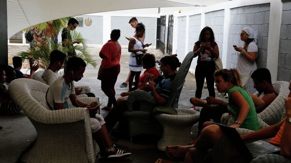 People use a free Wi-Fi network at a center run by famed artist Kcho, in Havana, Cuba, Wednesday, March 11, 2015.  - Sputnik Mundo