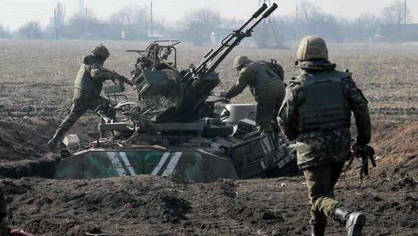 Ukrainian servicemen take position at the front line outside Kurahovo, in the Donetsk region of Ukraine, Wednesday, March 11, 2015 - Sputnik Mundo