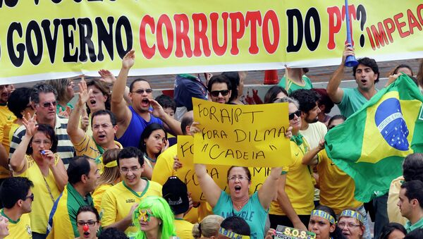Demonstrators chant slogans during a protest against Brazil's President Dilma Rousseff at Paulista avenue in Sao Paulo - Sputnik Mundo