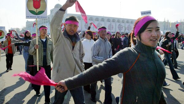 Kyrgyz youth march on the central square of Bishkek, 24 March 2006, marking the first anniversary of the so-called tulip revolution - Sputnik Mundo