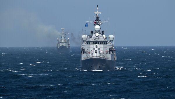 Turkish NATO warship TCG Turgutreis, foreground, maneuvers on the Black Sea after leaving the port of Constanta, Romania, Monday, March 16, 2015 - Sputnik Mundo
