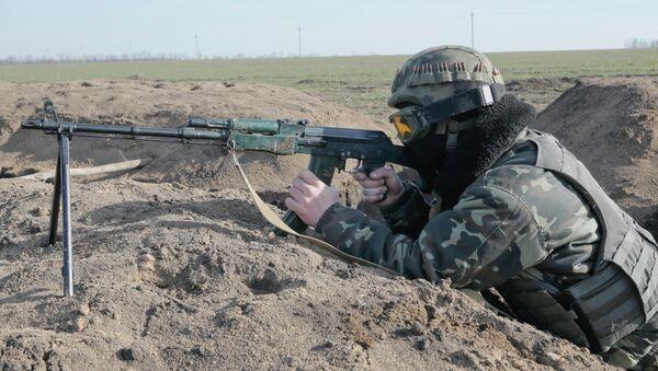 Un militar ucraniano toma posición en la línea del frente cerca de Kurahovo, en la región de Donetsk de Ucrania - Sputnik Mundo