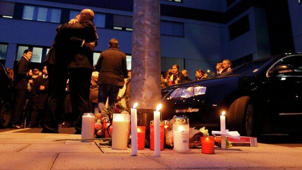 Germanwings employees embrace next to lit candles outside the company headquarters in Cologne Bonn airport - Sputnik Mundo