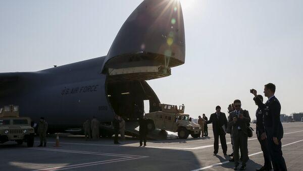El avión de fuerzas armadas de EEUU en el aeropuerto de Kiev (Archivo) - Sputnik Mundo
