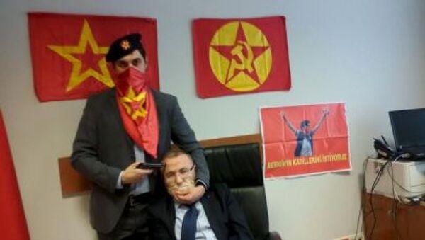 Боевик приставил пистолет к голове заложника Мехмета Селима Кираза в здании суда в Стамбуле - Sputnik Mundo