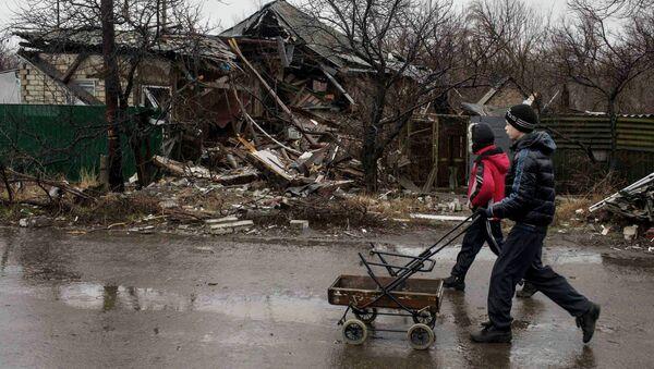 Más de 40 niños mueren en Donbás por las minas sin explotar, informa la ONU - Sputnik Mundo