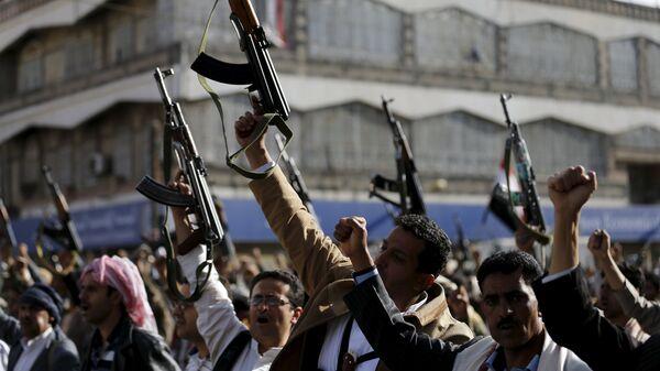 Seguidores de los hutíes se manifiestan contra los ataques aéreos saudíes - Sputnik Mundo