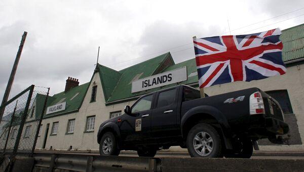 Un vehículo con bandera británica pasa por las islas Malvinas (archivo) - Sputnik Mundo