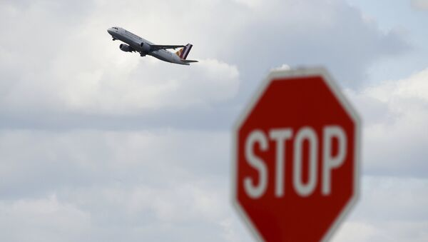 A Germanwings airplane flies past a stop sign during take-off from Duesseldorf airport April 2, 2015 - Sputnik Mundo