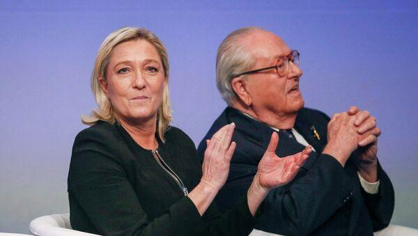 Líder del Frente Nacional francés, Marine Le Pen, y su padre Jean Marie Le Pen (archivo) - Sputnik Mundo
