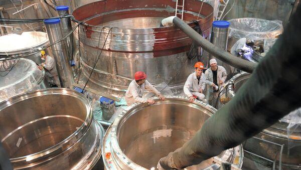 Montaje del reactor en la central nuclear de Beloyarsk, Rusia - Sputnik Mundo