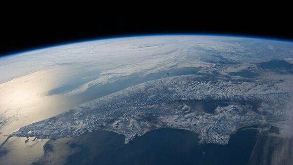 Militares rusos 'cazan' satélites espías camuflados entre basura espacial - Sputnik Mundo