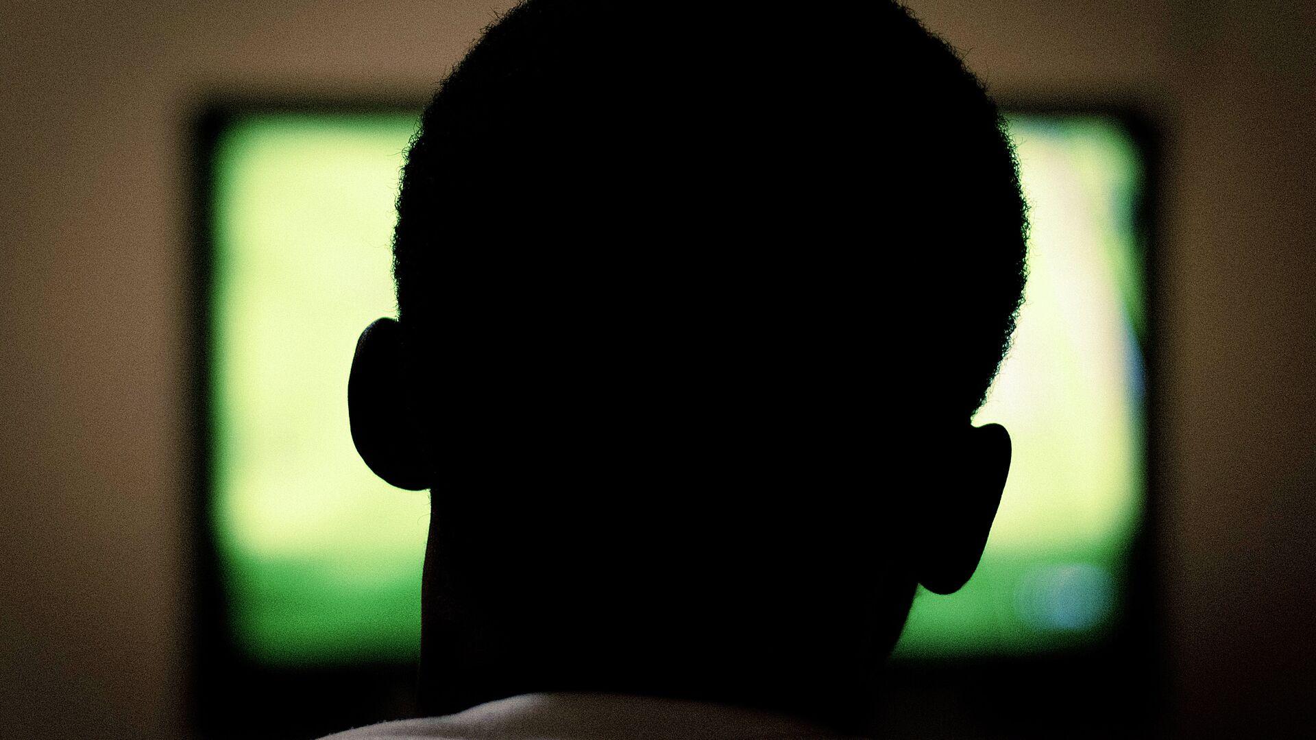 Un hombre ve la televisión - Sputnik Mundo, 1920, 06.10.2021