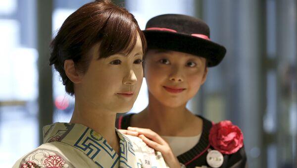 Robot androide Aiko Chihira (izda.) - Sputnik Mundo