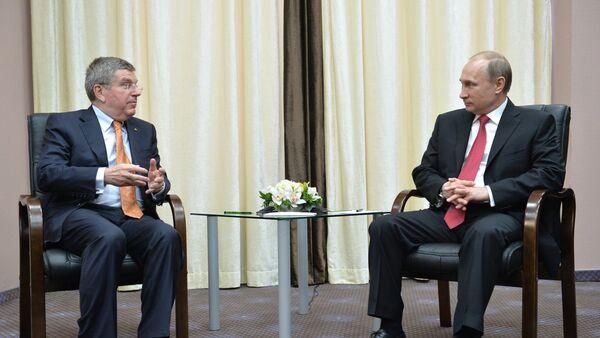 Presidente del COI, Thomas Bach y presidente de Rusia, Vladímir Putin - Sputnik Mundo