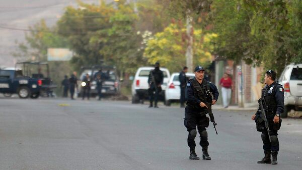 A forensic group and Federal Police members check on January 11, 2015 the place where clashes took place last January 6, in Apatzingan community. - Sputnik Mundo
