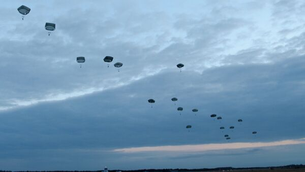 Multinational army paratroopers fall to the ground during a combined U.S.-Estonian airborne operation at ?mari Air Base in Estonia May 8, 2014. - Sputnik Mundo