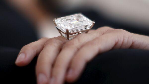 Una mujer exhibe un anillo - Sputnik Mundo