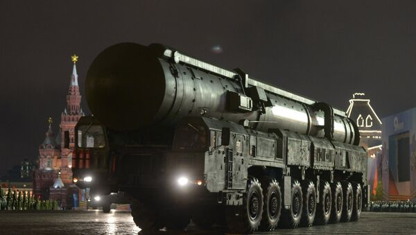 Misil balístico intercontinental Tópol-M durante el ensayo desfile militar en la Plaza Roja (Archivo) - Sputnik Mundo