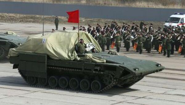 El nuevo tanque Armata y otros carros de combate ensayan el Desfile de la Victoria - Sputnik Mundo